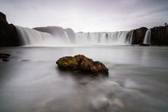 Rocha na cachoeira de Godafoss, Islândia fotos de stock
