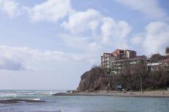 A rocha na costa e hotel moderno na parte superior Fotos de Stock Royalty Free