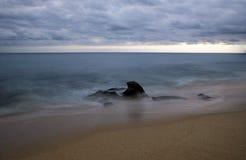 Rocha na praia após o por do sol em Los Cabos Mexicort fotografia de stock