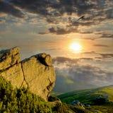 Rocha nas montanhas no tempo do por do sol Foto de Stock