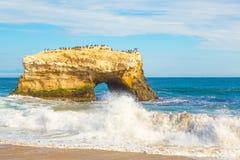 Rocha natural do arco em Santa Cruz, Califórnia fotografia de stock