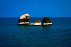 A rocha no meio do mar imagens de stock