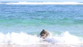 Rocha no oceano que está sendo batido por ondas em uma composição bonita Bali, Indonésia vídeos de arquivo