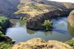 Rocha no rio de Hrazdan em Argel, Armênia Foto de Stock