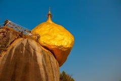 Rocha ou pagode dourado de Kyaiktiyo com fundo do céu azul, Myanmar Fotografia de Stock Royalty Free