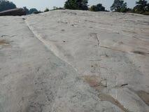 Rocha ou texturas de pedra com árvores e céu, fundo paisagem, papel de parede, fundo fotografia de stock royalty free