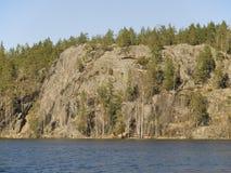 Rocha Parnassus sobre o lago Jastrebinoe. Fotos de Stock Royalty Free