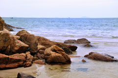 Rocha pelo mar Fotos de Stock