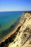 Rocha pendendo sobre da argila no mar de turquesa Fotografia de Stock