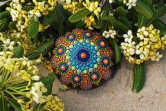 rocha pintado à mão da mandala na areia Foto de Stock
