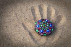 rocha pintado à mão da mandala na areia Fotos de Stock
