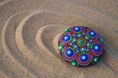 rocha pintado à mão da mandala na areia Fotografia de Stock Royalty Free