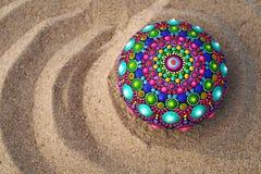 rocha pintado à mão da mandala na areia Fotografia de Stock