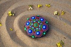 rocha pintado à mão da mandala na areia Imagens de Stock Royalty Free