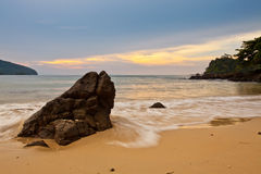 Rocha, praia e por do sol Fotos de Stock Royalty Free