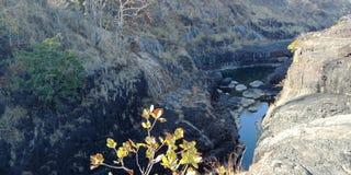A rocha preta com água ou as montanhas, natureza ajardina, Índia de Lakhnadon, imagem tomada em fevereiro de 2018, fundo das pais Fotos de Stock Royalty Free