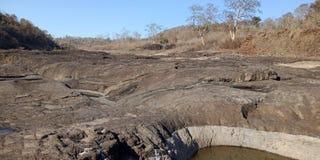 A rocha preta com água ou as montanhas, natureza ajardina, Índia de Lakhnadon, imagem tomada em fevereiro de 2018, fundo das pais Foto de Stock