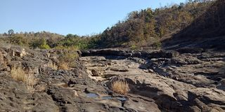 A rocha preta com água ou as montanhas, natureza ajardina, Índia de Lakhnadon, imagem tomada em fevereiro de 2018, fundo das pais Imagens de Stock