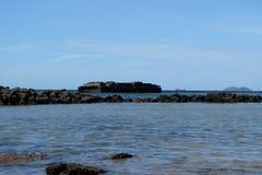 Rocha preta e mar azul Fotografia de Stock Royalty Free