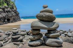 Rocha que empilha na costa norte de Kauai, Havaí na fuga de caminhada do Na Pali imagem de stock