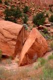 Rocha quebrada em dois fotografia de stock