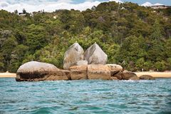 Rocha rachada de Apple no parque nacional de Abel Tasman imagens de stock