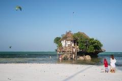 A rocha - restaurante pequeno sobre a rocha, Michamwi Pingwe, Zanzibar Fotografia de Stock