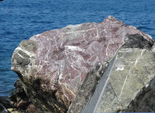 Rocha roxa no oceano Fotos de Stock Royalty Free
