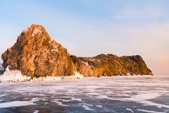 Rocha sobre a estação do inverno do lago da água do gelo imagens de stock