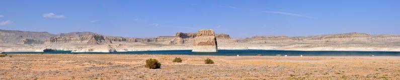 Rocha solitária na água azul do lago Powell Fotografia de Stock Royalty Free