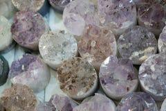 Rocha violeta crua da ametista com ametist de cristal Fotografia de Stock Royalty Free