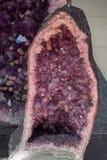 Rocha violeta crua da ametista com ametist de cristal Fotografia de Stock