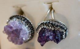 Rocha violeta crua da ametista com ametist de cristal Fotos de Stock Royalty Free