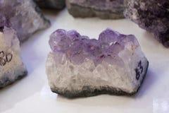 Rocha violeta crua da ametista com ametist de cristal Imagens de Stock Royalty Free