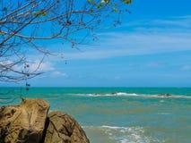 Rochas, árvore do mar e céu azul no parque nacional Phang Nga de Khaolak-Lumru, Tailândia Fotografia de Stock