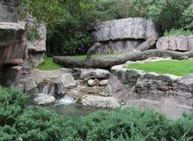 Rochas, árvores e uma angra Como lugar bonito viver Foto de Stock Royalty Free