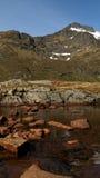 Rochas alaranjadas no rio Imagem de Stock Royalty Free