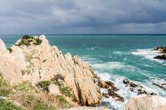 Rochas amarelas que aumentam das profundidades do mar azul esverdeado Imagem de Stock Royalty Free