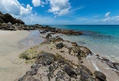 Rochas ao lado do mar de turquesa foto de stock royalty free