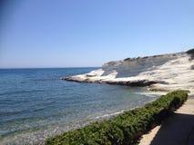 Rochas brancas no mar Fotografia de Stock Royalty Free