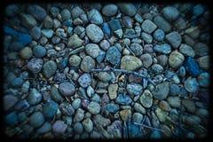 Rochas coloridas na terra fotografia de stock