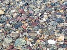 Rochas coloridas sob o litoral de Nova Inglaterra EUA da ressaca do oceano imagens de stock royalty free