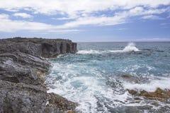 Rochas com as ondas na costa norte, Kauai Foto de Stock Royalty Free