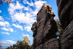 Rochas contra o céu azul e a floresta foto de stock