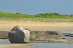 Rochas contra uma praia vazia Fotografia de Stock Royalty Free