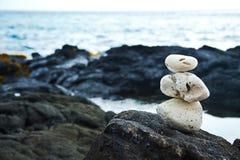 Rochas corais brancas do zen na costa havaiana Fotos de Stock