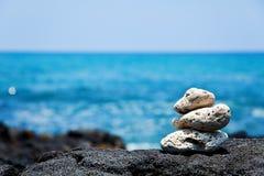 Rochas corais brancas do zen na costa havaiana Fotografia de Stock Royalty Free