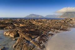 Rochas corrmoídas na praia - paisagem Imagens de Stock