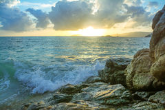 Rochas da batida das ondas do respingo Fotografia de Stock Royalty Free