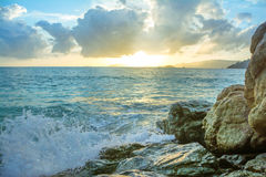Rochas da batida das ondas do respingo Fotografia de Stock